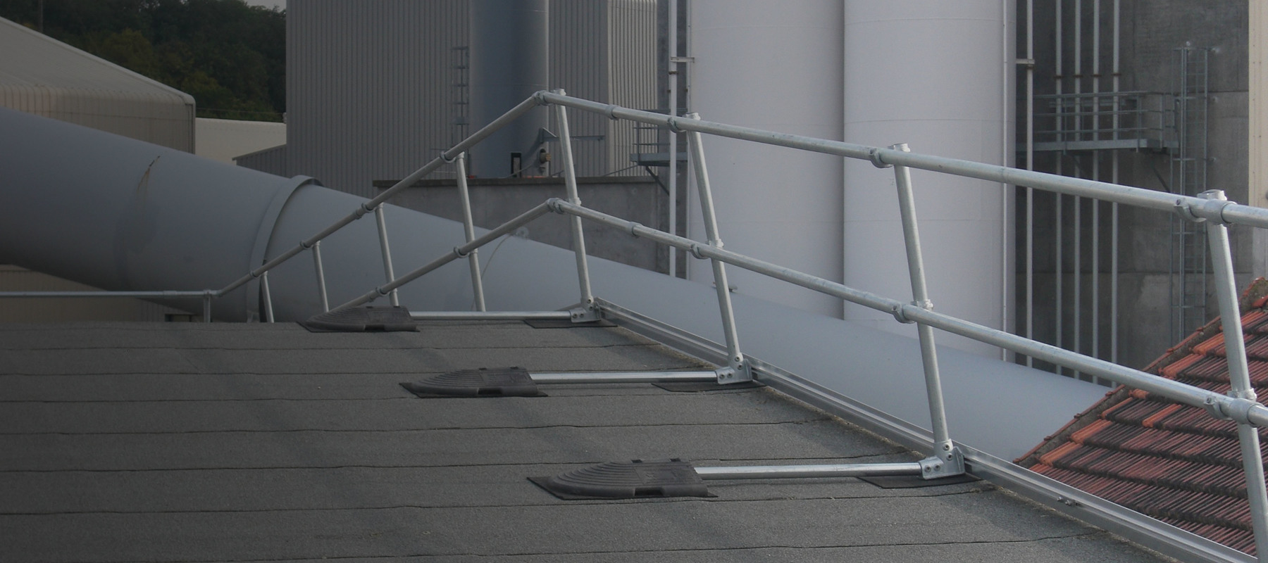 Non-Penetrating Roof Railing