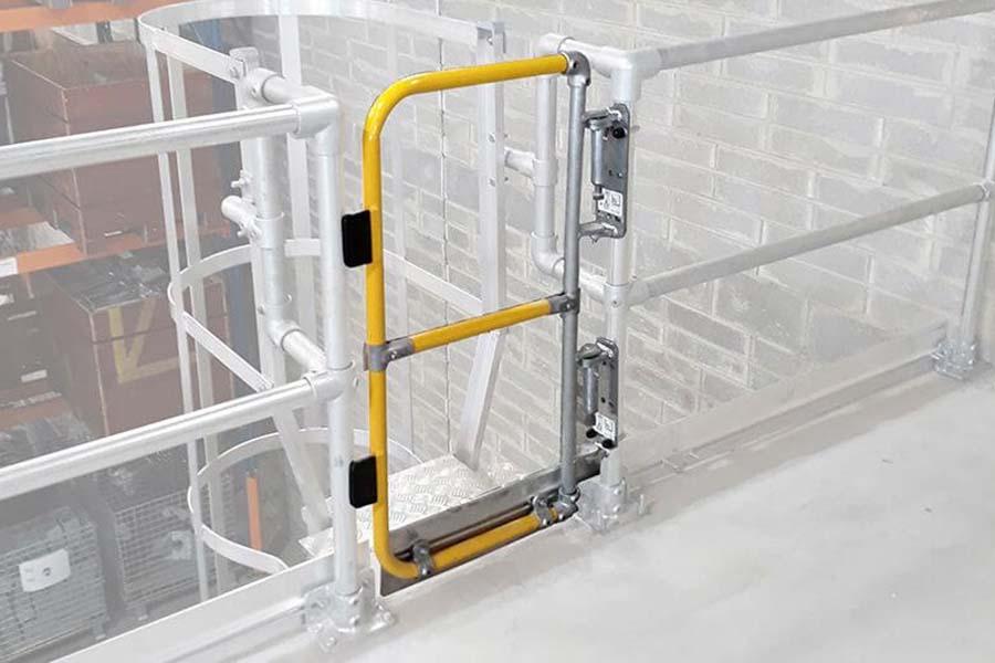ladder self closing gate